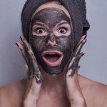 memutihkan wajah secara tradisional.
